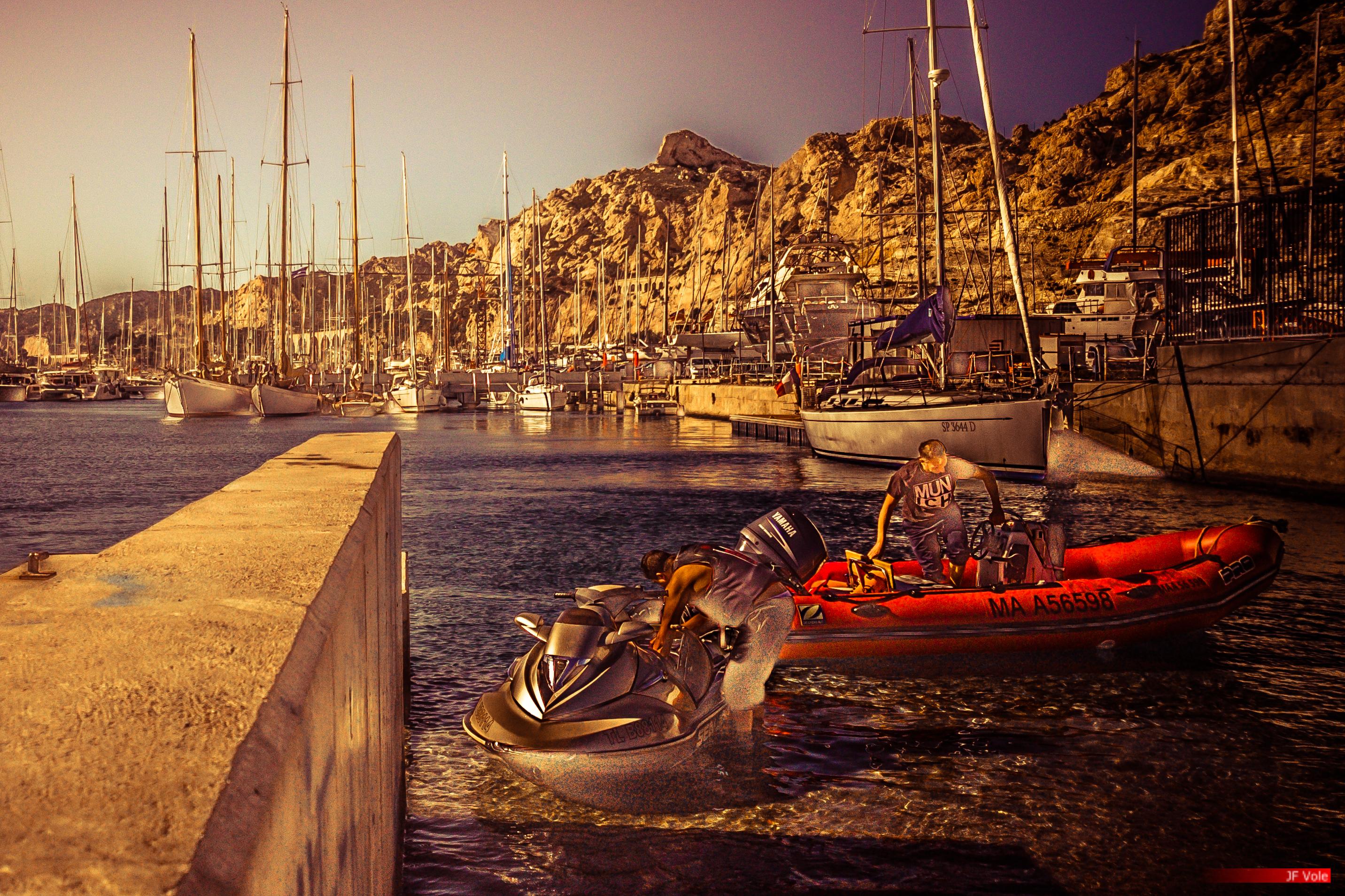Marseille, octobre 2016.L'Estaque est un quartier du 16e arrondissement de Marseille situé dans les quartiers nord de la ville. Ses habitants sont les Estaquéens.Ancien hameau isolé de pêcheurs et de fabricants de tuiles, L'Estaque devient à la fin du xixe siècle un village d'ouvriers d'usines et une station balnéaire. Entre 1870 et 1914, ses paysages sont une source d'inspiration pour des peintres célèbres, tels que Paul Cézanne, Georges Braque, ou Auguste Renoir. À partir des années 1940, l'économie industrielle s'effondre et L'Estaque est touché par la crise économique et les problèmes d'urbanisme, comme l'illustrent des films de René Allio et plus récemment de Robert Guédiguian, avant d'importantes actions sociales et urbaines à partir des années 1990.