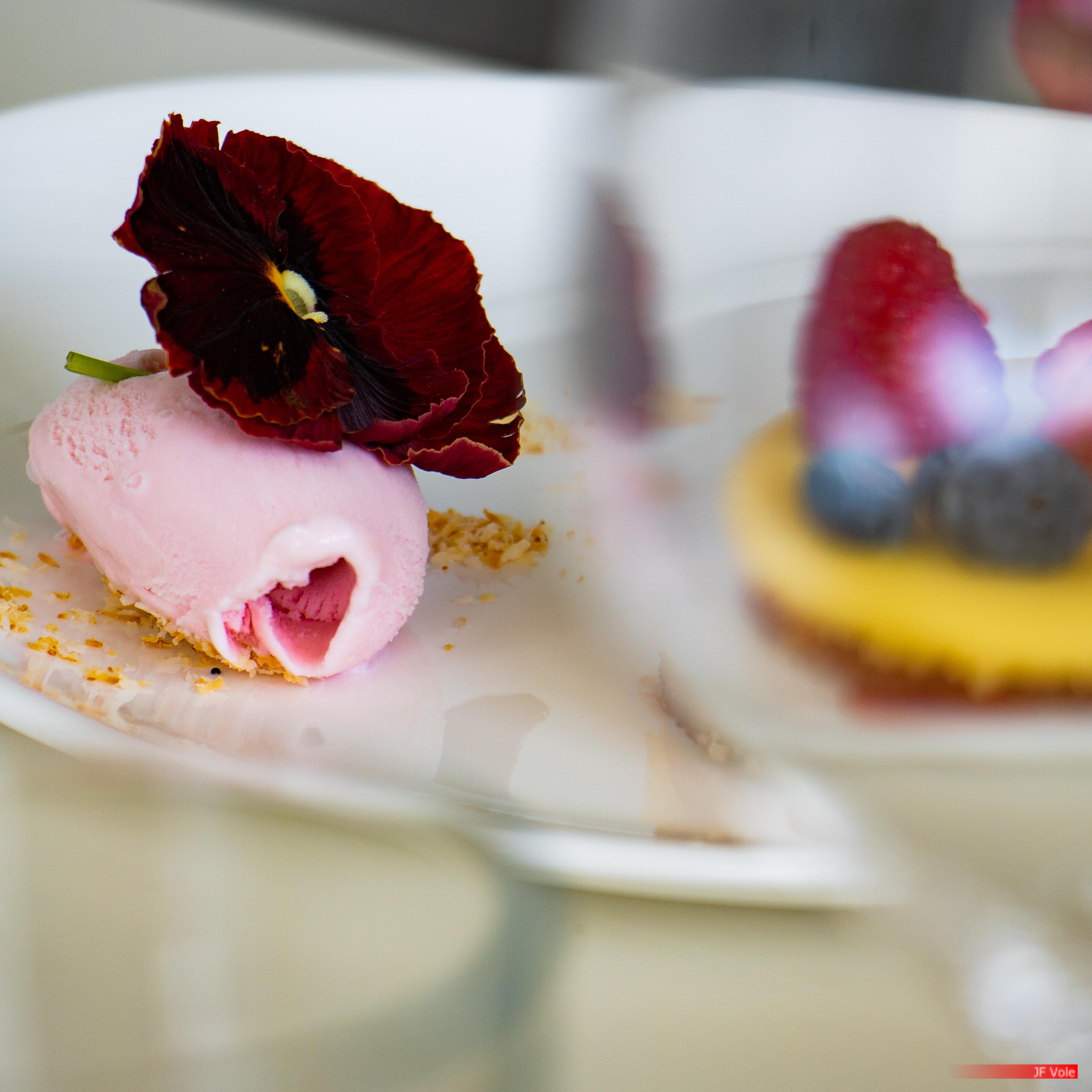 Dessert à la rose, vue partiellement dans un verre. Château La Coste, mai 2018.