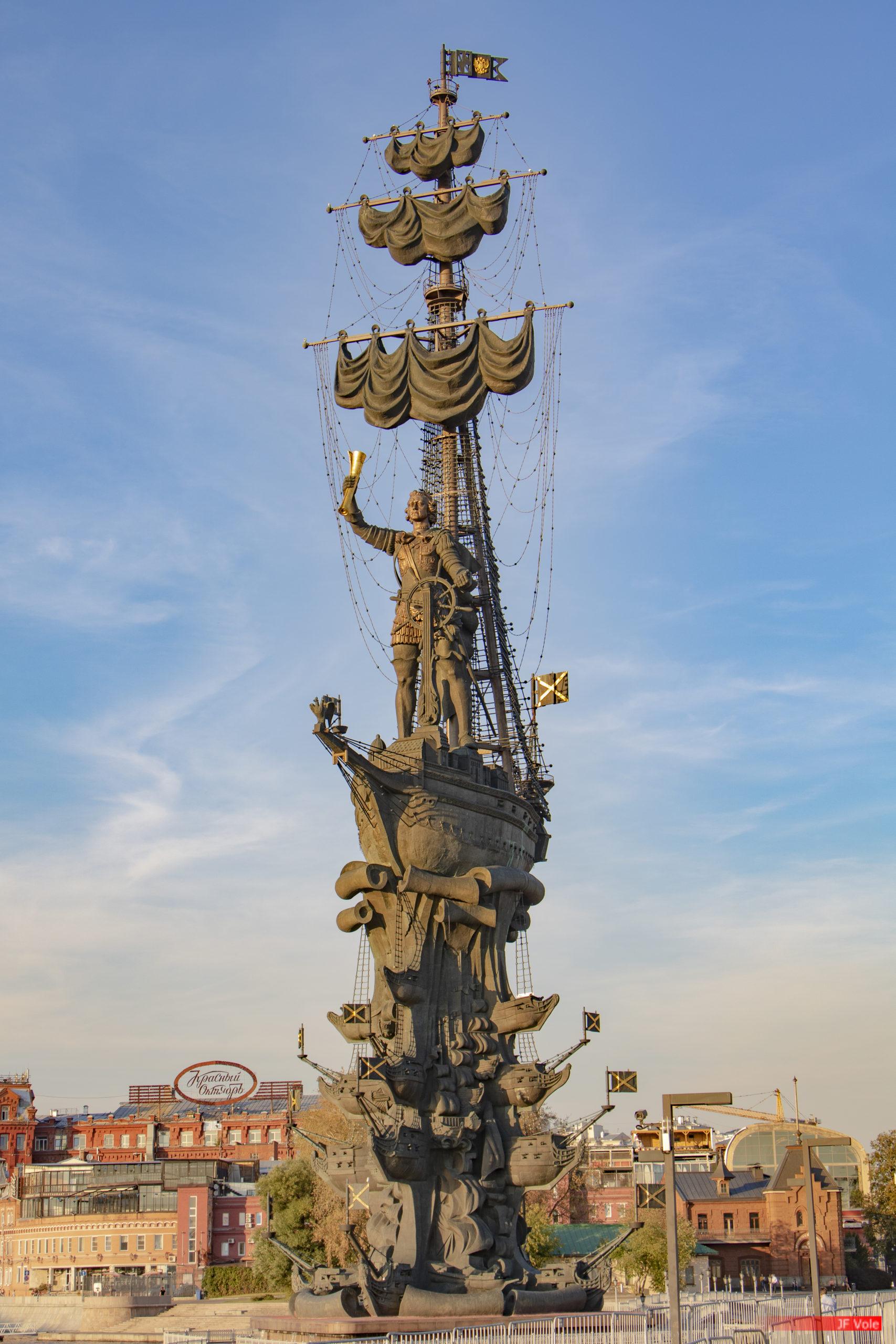 Oeuvre de l'artiste géorgien Zourab Tsereteli, érigée en 1997 sur un îlot artificiel et bras de la Moskova. D'une hauteur de 98 mètres (94,5 m1 deux fois la statue de la Liberté sans son piédestal), c'est la plus haute statue de Russie et la 7e plus haute statue du monde. Moscou, septembre 2018.